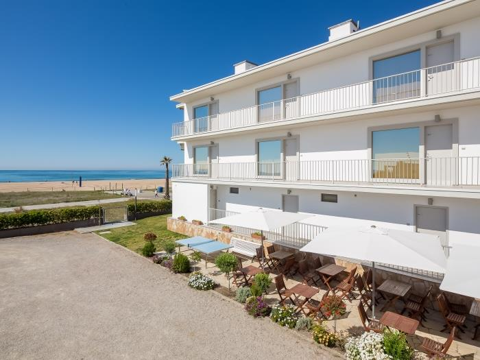 2 bedroom beach apartment with street view - castelldefels